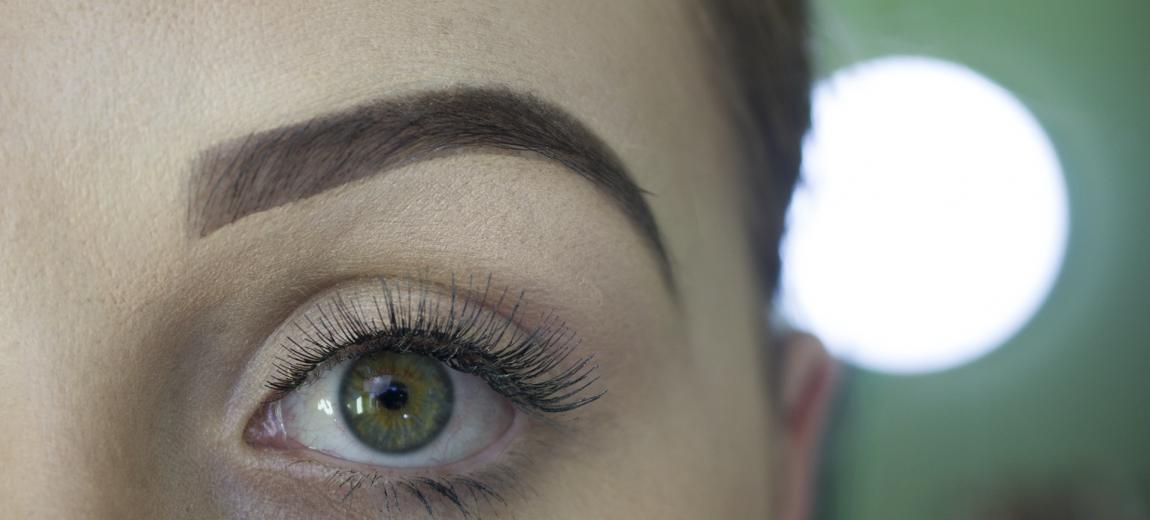 Como corrigir as sobrancelhas com maquiagem