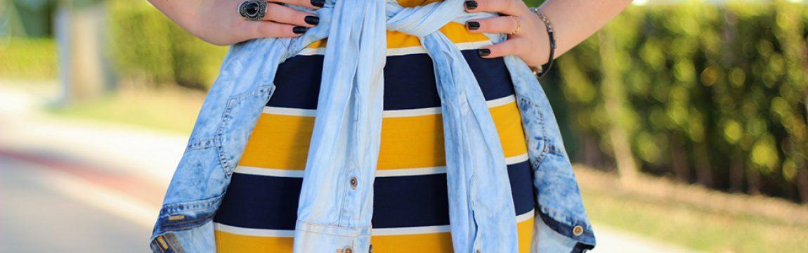 LOOK DA E | Saia Listrada, T-Shirt e Camisa Jeans